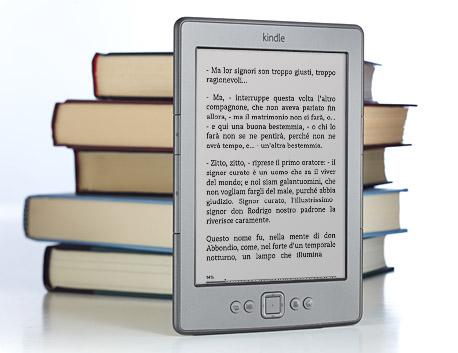 molti si chiedono come funziona Kindle a confronto con i libri stampati